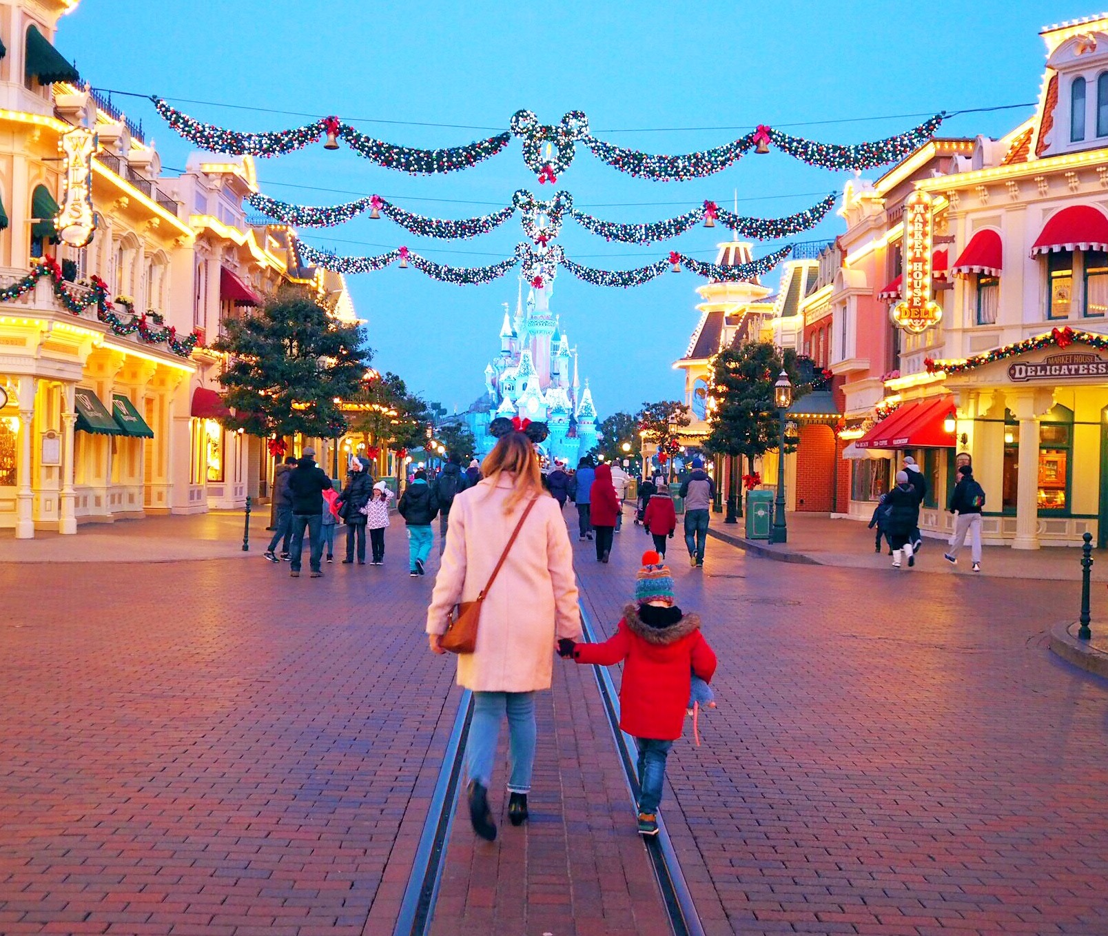 it was a complete dream of mine to visit at christmas time after first visiting to celebrate our little boys 4th birthday - Disneyland Christmas Time